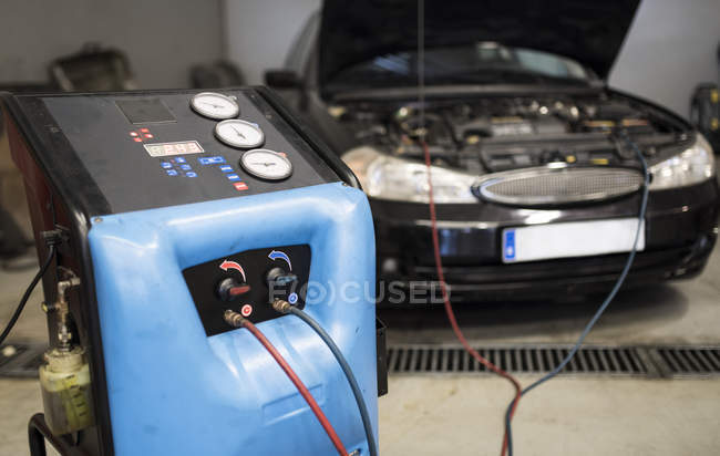 Air conditioning machine filling car system — Stock Photo