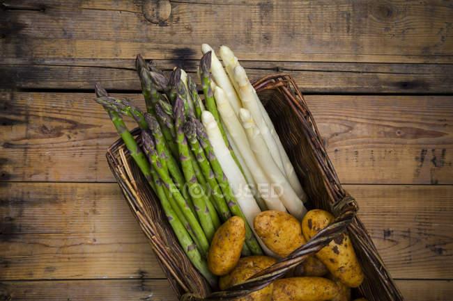 Asparagi bianchi e verdi con patate novelle — Foto stock