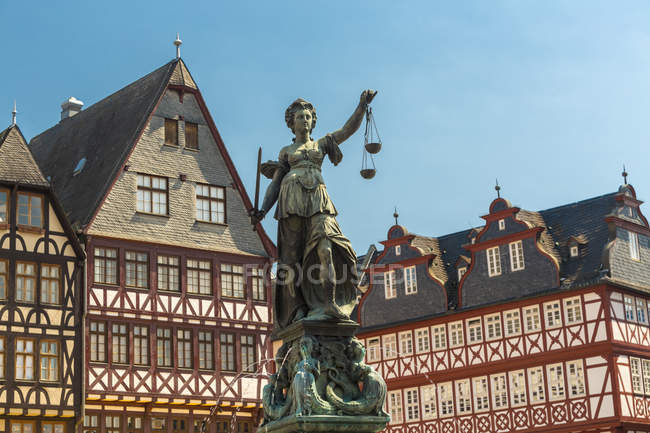 Germany, Frankfurt, view to Ostzeile and Gerechtigkeitsbrunnen in the foreground — Stock Photo