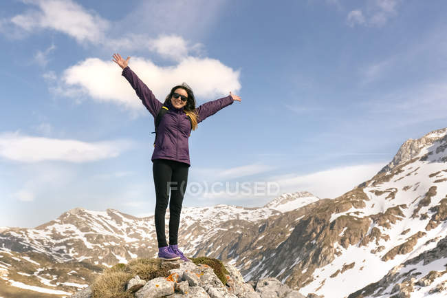 Woman standing with raised arms in mountains, Spain, Asturias, Somiedo — Stock Photo