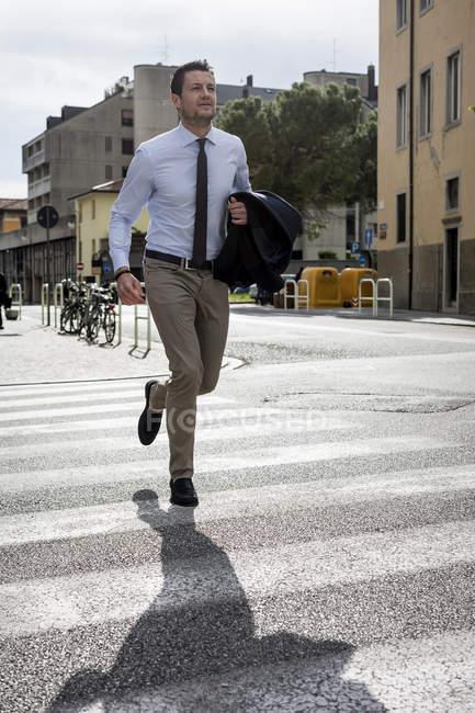 Uomo d'affari in fretta su strisce pedonali — Foto stock
