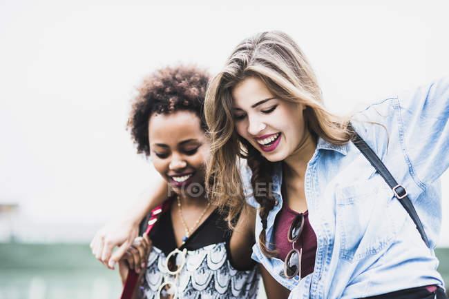 Donna in equilibrio con l'aiuto della sua amica — Foto stock