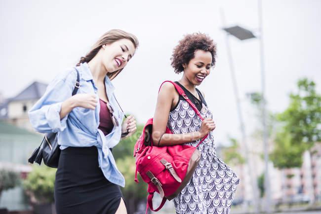 Zwei beste Freundinnen gehen und sprechen — Stockfoto