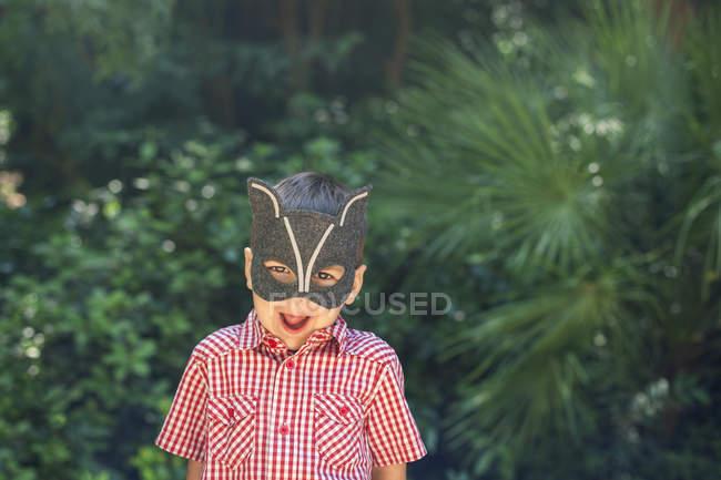 Ragazzino indossando maschera animale tirando facce divertenti — Foto stock