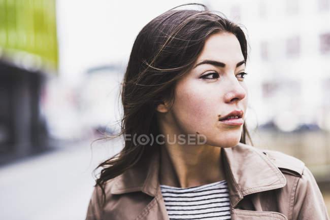 Retrato de uma mulher morena bonita — Fotografia de Stock