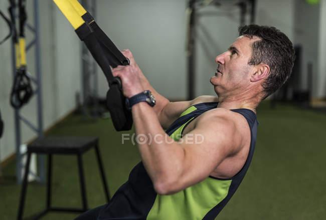 Senior homme formation avec corde élastique en circuit de crossfit — Photo de stock