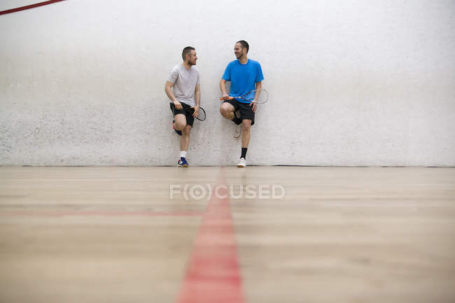 Two squash players standing at wall — Stock Photo