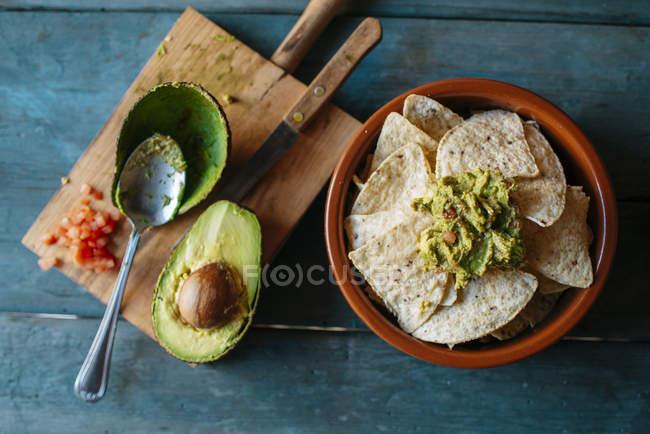 Vue de dessus du bol de nachos avec guacamole — Photo de stock