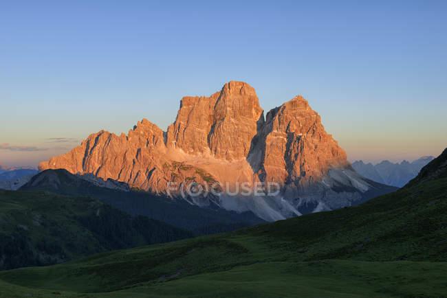 Italie, Province de Belluno, Dolomites, Selva di Cadore, Monte Pelmo au coucher du soleil — Photo de stock