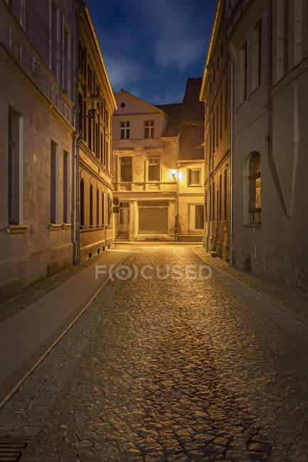 Германия, Бранденбург, Перлеберг, узкие дороги и небольших домов в историческом Старом городе ночью — стоковое фото