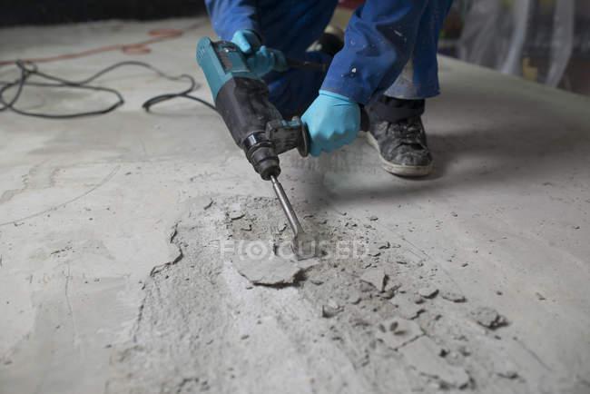 Працівник лікування цементу підлогу з відбійним молотком — стокове фото