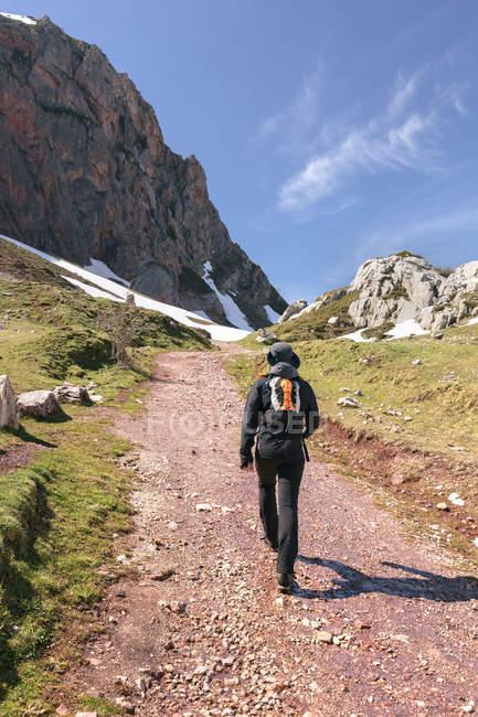 Hombre de senderismo en las montañas, de España, Asturias, Somiedo - foto de stock