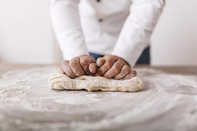 Cuoco unico che prepara la pasta per ravioli — Foto stock