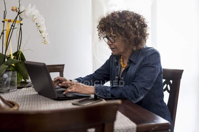 Frau benutzt Laptop — Stockfoto