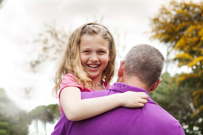 Портрет щаслива дівчинка на батька зброї — стокове фото