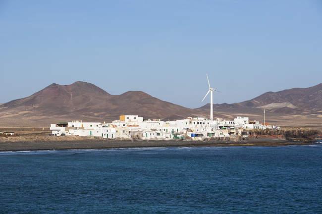 Испания, Канарские острова, острова Фуэртевентура, в Puertito Эль-де-ла-Крус, Лас Talahijas горы на заднем плане — стоковое фото