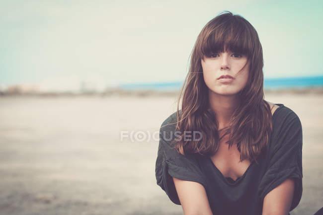 Giovane donna in paesaggio, ritratto — Foto stock
