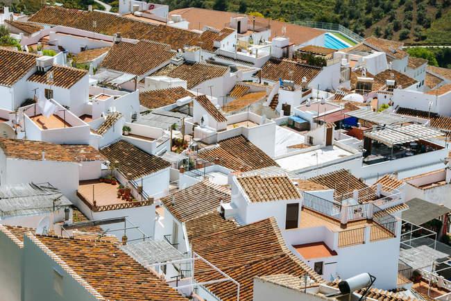 España, Andalucía, Málaga, Frigiliana, en la azotea de edificios blancos - foto de stock