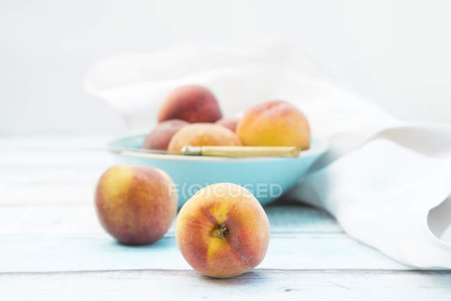 Tazón de fuente de frescas melocotones maduros - foto de stock