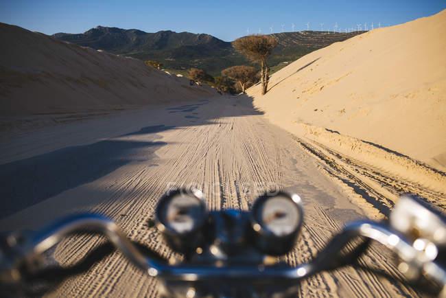 Іспанія Андалусії Tarifa, Пунта Paloma, мото на дорозі між дюни, покриті піску — стокове фото