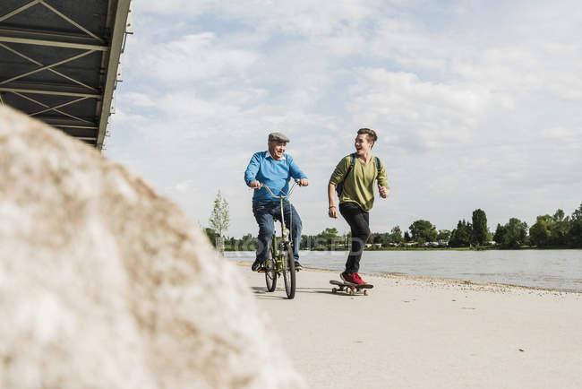 Großvater und Enkel Spaß zusammen im riverside — Stockfoto