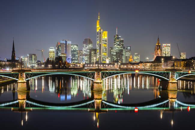 Alemania, Hesse, Frankfurt, Ignaz-Bubis-Bridge y distrito financiero por la noche - foto de stock
