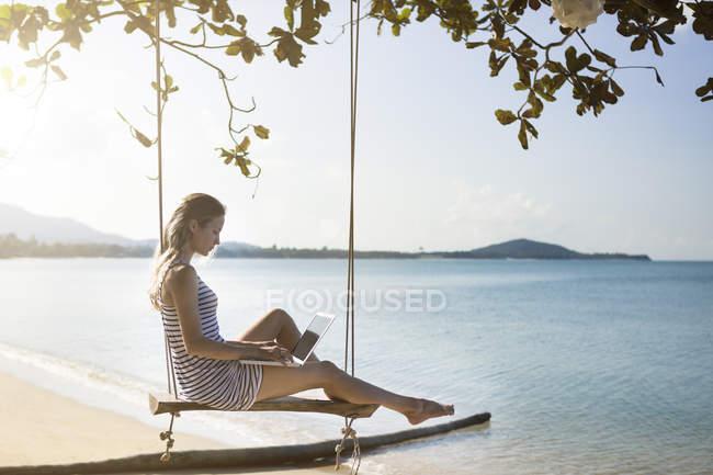 f24058693bcf Thailand, Frau mit Laptop am Strand — im freien, Mobilität - Stock ...