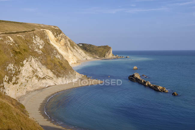 Angleterre, côte jurassique, Man of War Bay, plage avec des falaises de craie — Photo de stock