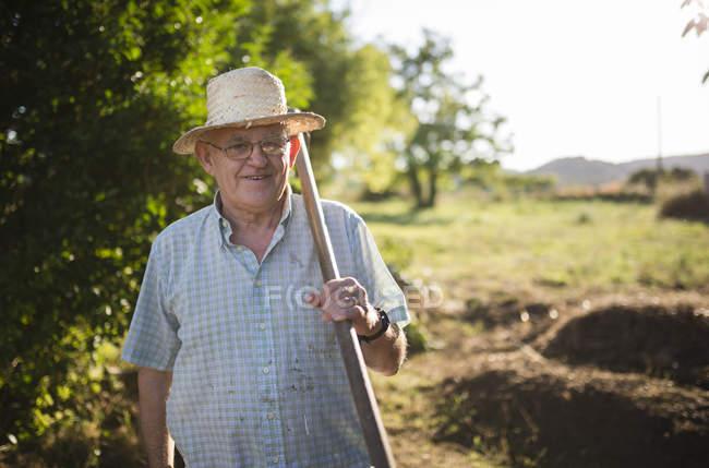 Porträt eines Bauern mit Beil auf der Schulter — Stockfoto