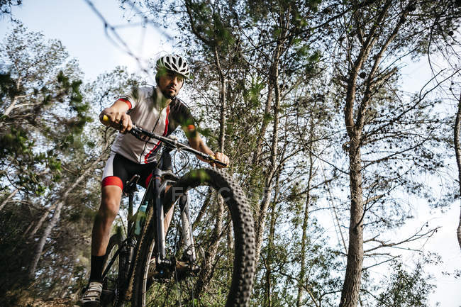 Mountain biker on the move — Stock Photo