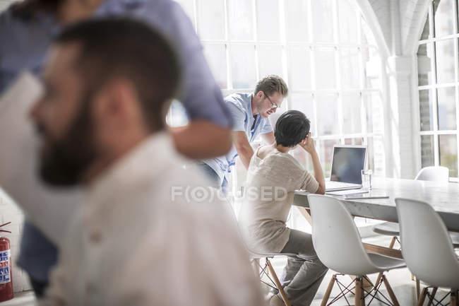 Молодые люди, работающие в современном городском офисе — стоковое фото