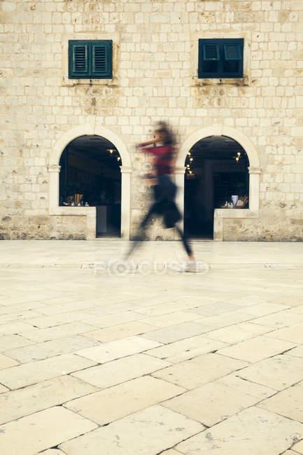 Croazia, Dubrovnik, persona che cammina su Stradun — Foto stock