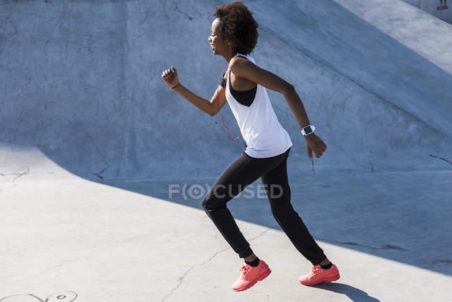 Молода жінка працює в скейтпарк — стокове фото