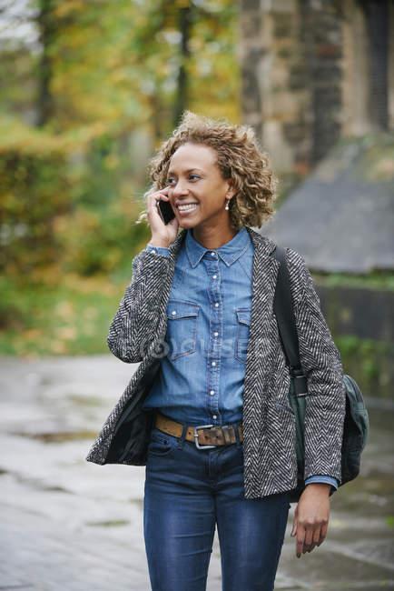 Ritratto di donna sorridente che telefona con smartphone — Foto stock