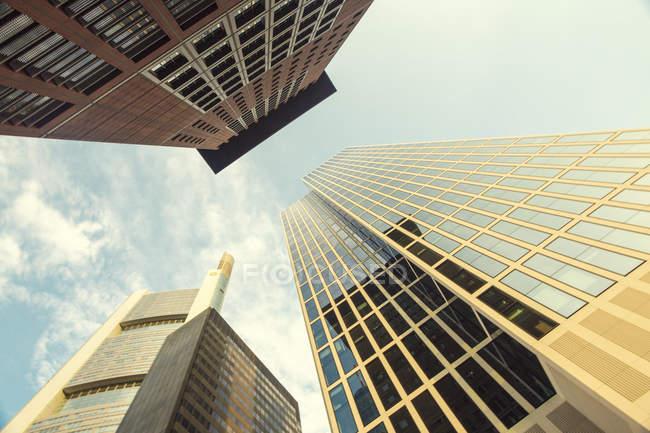 Vista inferior de oficina modernas Torres en luz del día, Frankfurt, Alemania - foto de stock