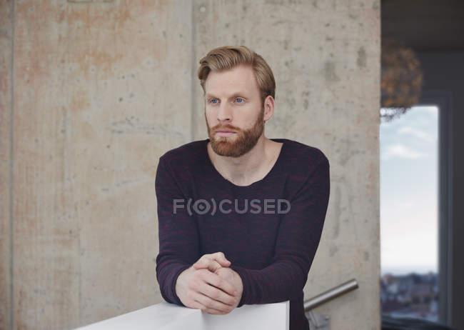 Porträt von nachdenklicher Mann mit Bart — Stockfoto