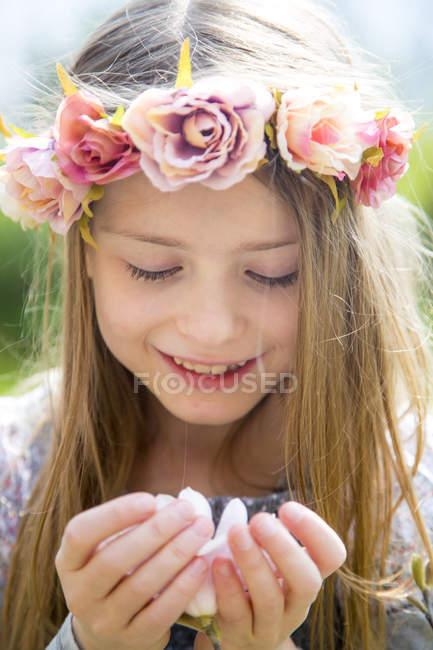 Портрет посміхається дівчина з Вінок квітів, проведення Магнолія цвітіння в руках — стокове фото