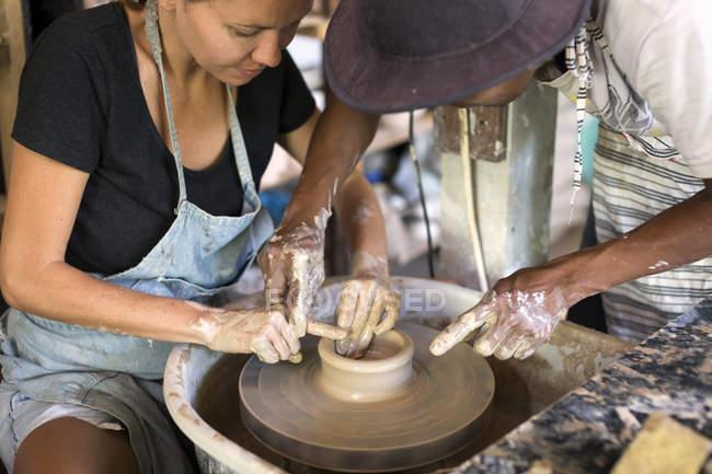 Мужчина и женщина в мастерской работают над керамикой — стоковое фото