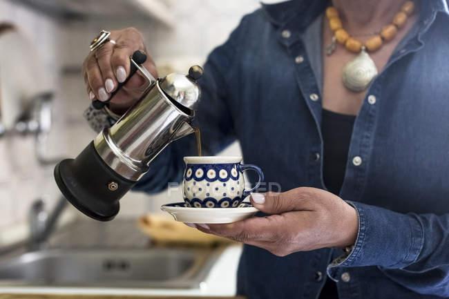Жінка розливу кави — стокове фото