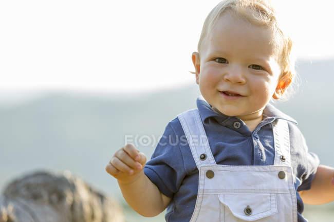 Портрет посміхаючись хлопчика стояли на відкритому повітрі — стокове фото