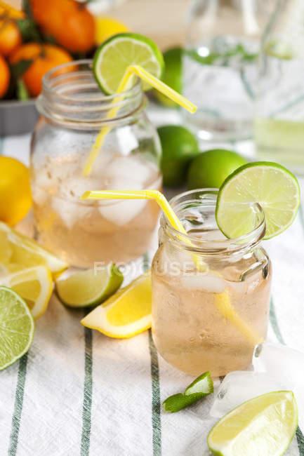 Bicchieri di limonata raffreddato il panno sul tavolo — Foto stock