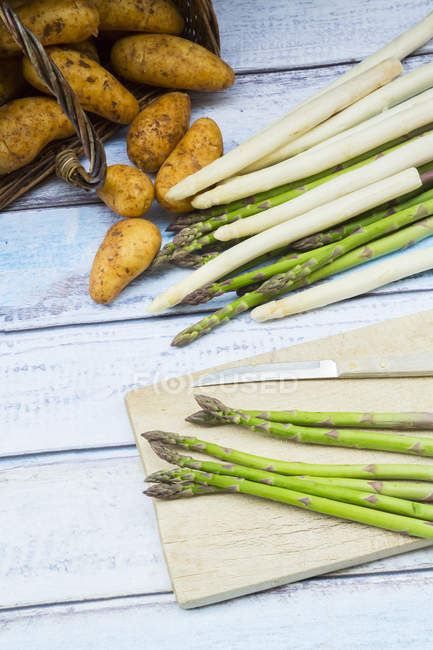 Green and white asparagus with new potatoes — Stock Photo