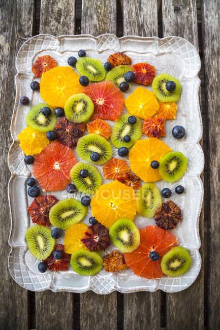 Plateau de différentes tranches de fruits agrumes — Photo de stock