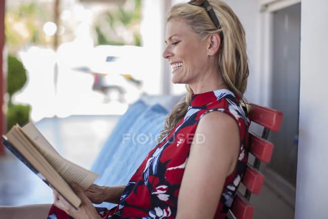 Frau liest ein Buch, Terrasse — Stockfoto