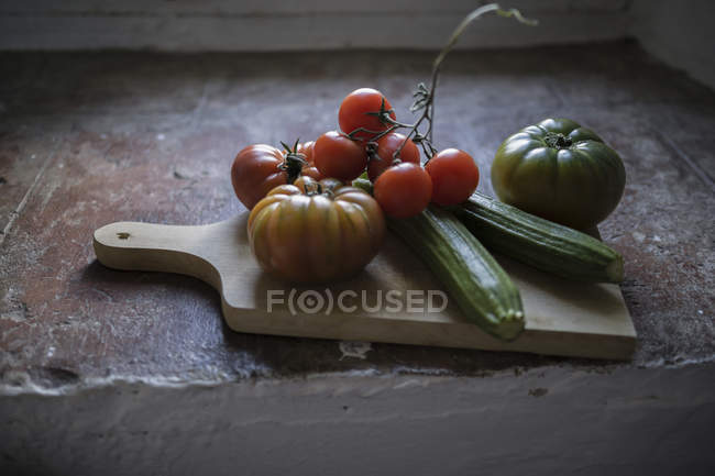 Fresh tomatoes and courgettes — Stock Photo