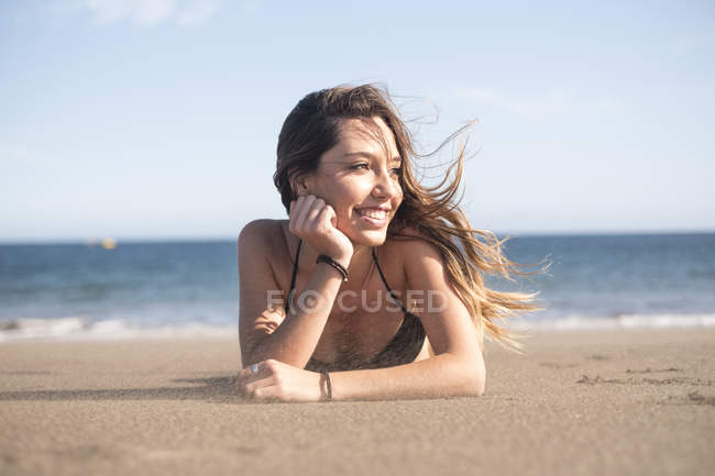 Іспанія, Тенеріфе, портрет молодої жінки відпочинку на пляжі — стокове фото