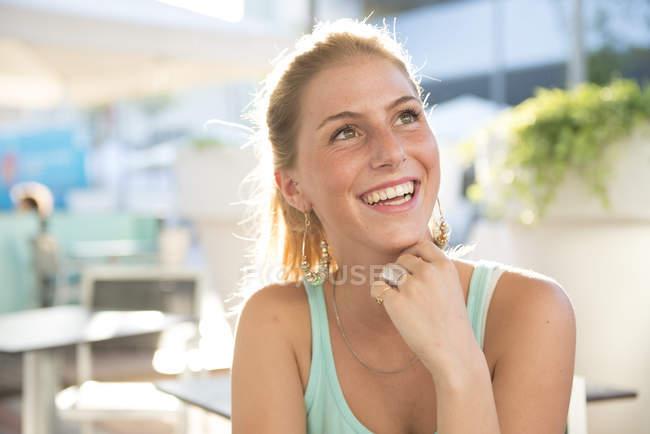 Retrato de jovem mulher feliz no café ao ar livre no verão — Fotografia de Stock