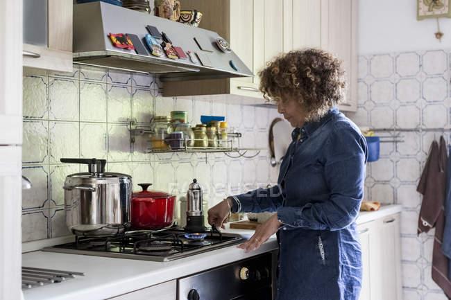 Жінка домашнього приготування кави — стокове фото