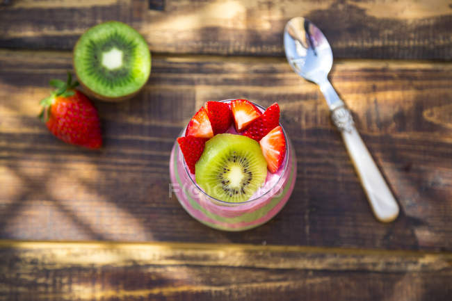 Glass of chia pudding with kiwi and strawberries — Stock Photo