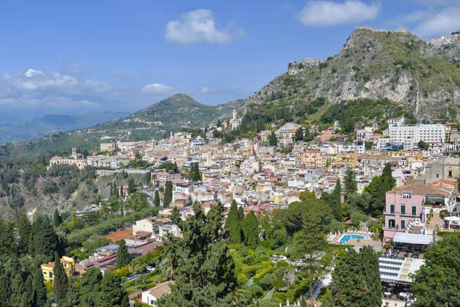 Италия, Сицилия, Таормина, живописные townscape и горы — стоковое фото